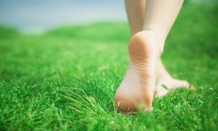 Barefoot_in_the_grass
